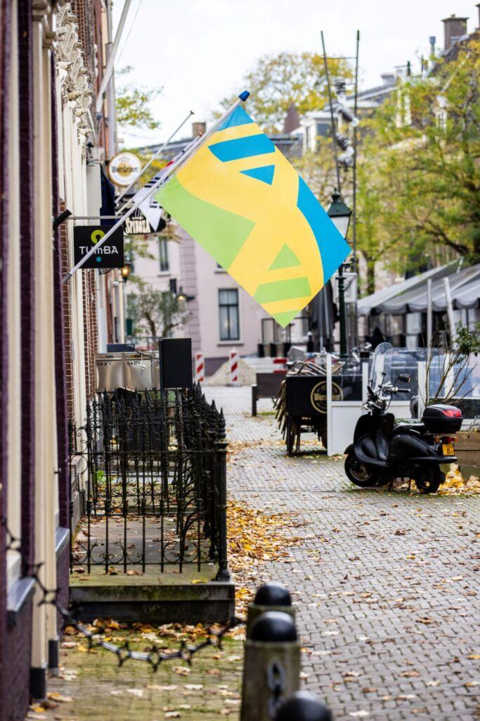 Mensenrechten vlag wappert aan de gevel